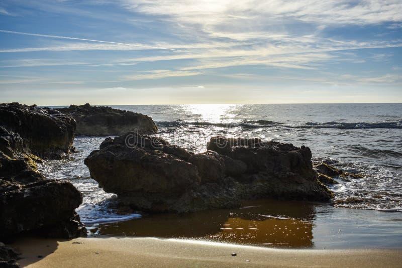 Una roca oscura en la playa fotos de archivo libres de regalías
