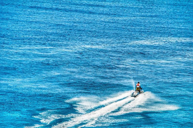 Una rottura sola dello sciatore del getto l'acqua blu calma dell'oceano in grande Turco immagine stock libera da diritti