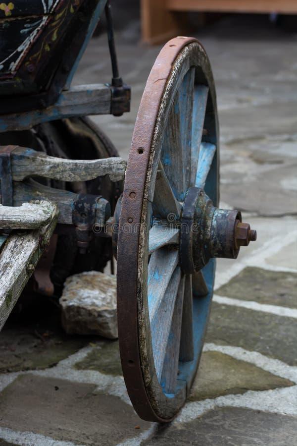 Una rueda de carro antigua vieja hecha de la madera y del metal imágenes de archivo libres de regalías