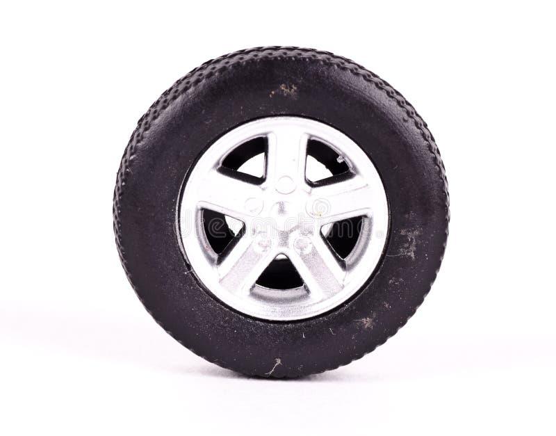 Una rueda del neumático del juguete con las aleaciones foto de archivo