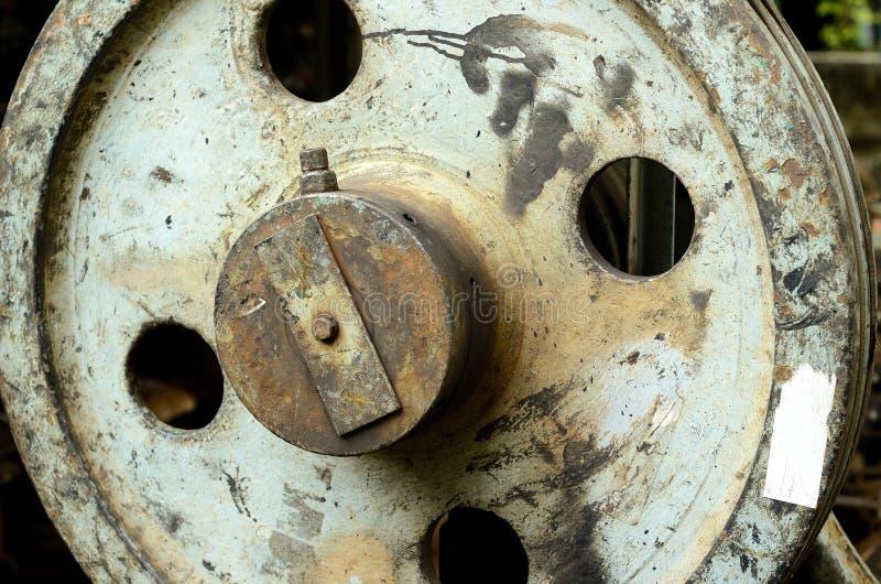 Una rueda oxidada vieja de la polea imagen de archivo