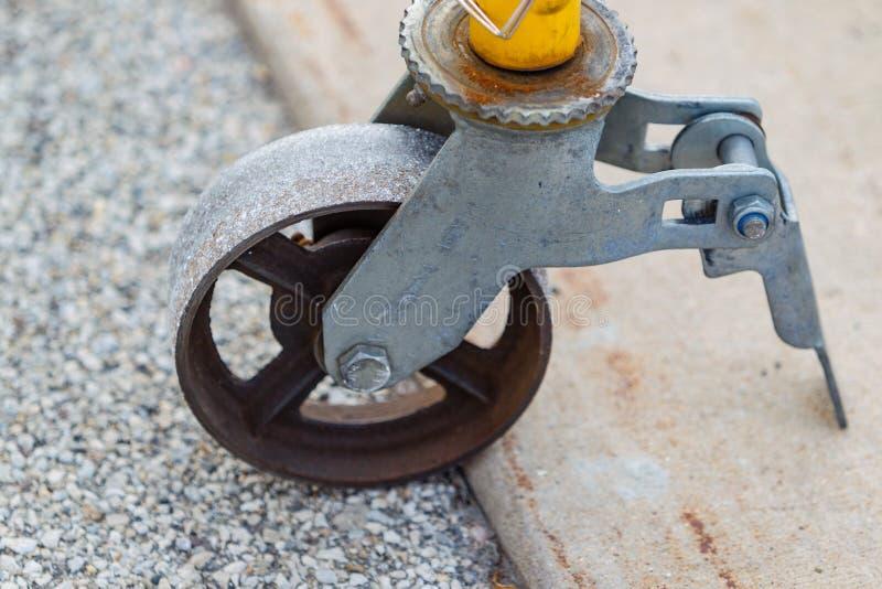 Una ruota di un'impalcatura duro sul lavoro fotografia stock