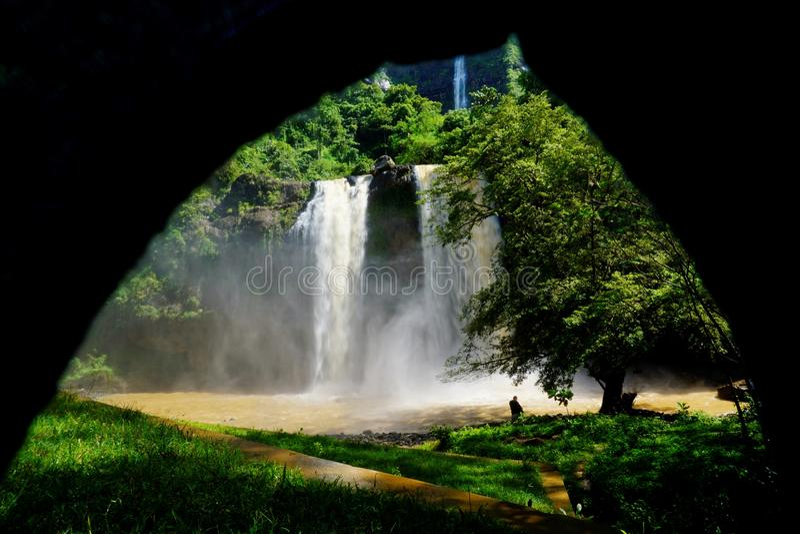 Una sala con vistas a las cascadas imagenes de archivo