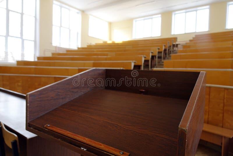 Una sala de clase sin los estudiantes foto de archivo