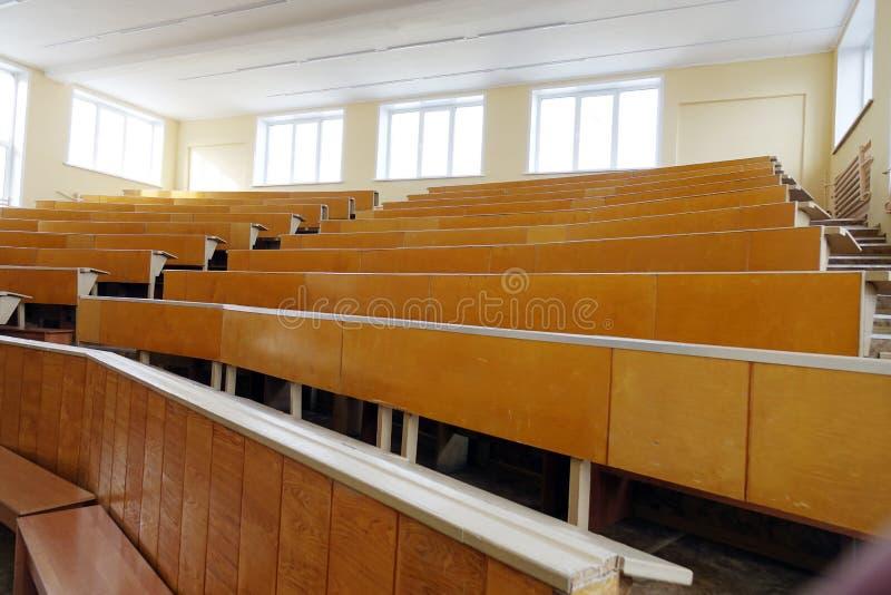 Una sala de clase sin los estudiantes fotografía de archivo
