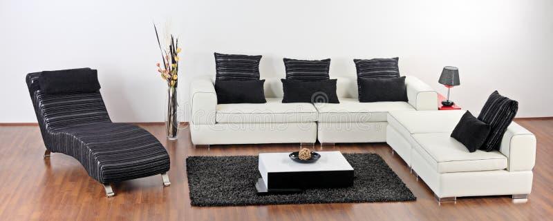 Una sala de estar minimalista moderna imagen de archivo