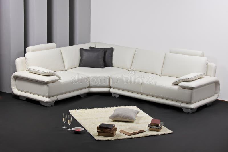 Una sala de estar minimalista moderna con furnitu foto de for Plano b mobilia