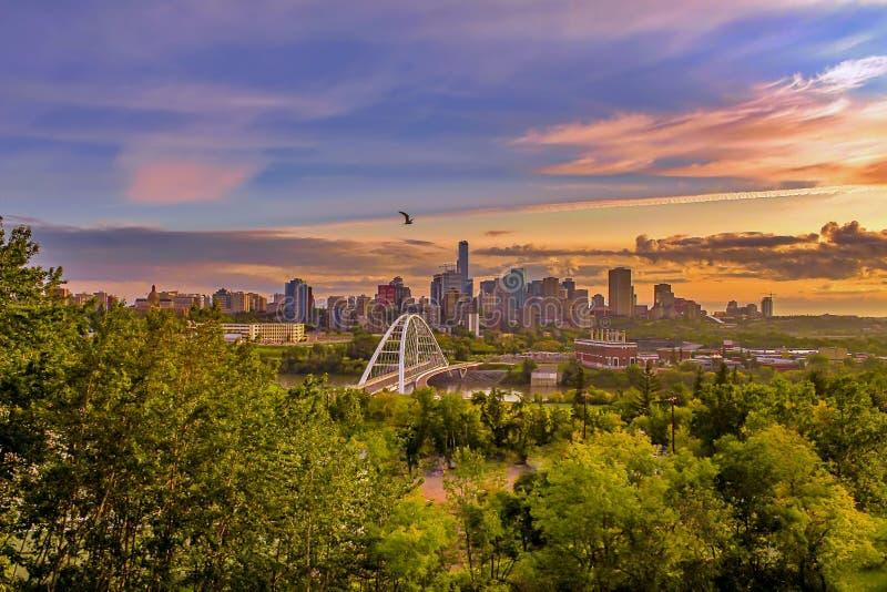 Una salida del sol caliente sobre Edmonton foto de archivo libre de regalías