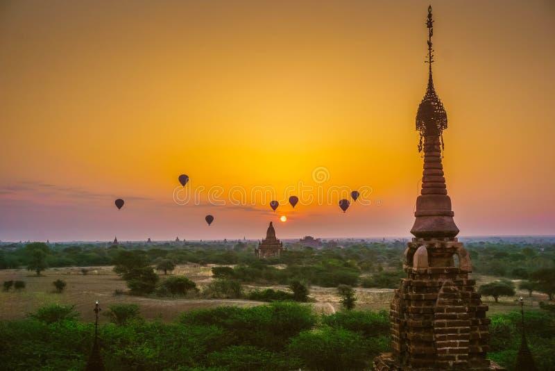 Una salida del sol hermosa con los globos que flotan en el aire en Bagan es una ciudad de millares de pagodas budistas imagenes de archivo