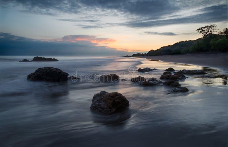 Una salida del sol hermosa en la playa imagen de archivo libre de regalías