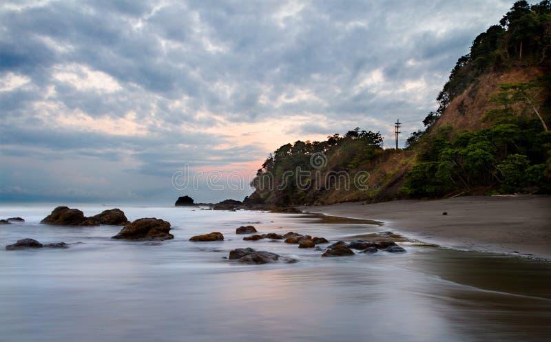 Una salida del sol hermosa en la playa de Playa Hermosa foto de archivo