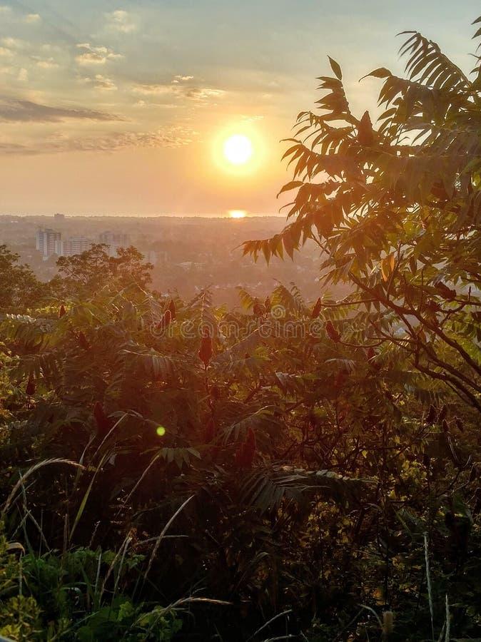 Una salida del sol hermosa ilumina la ciudad de Hamilton, Ontario, Canadá imagenes de archivo