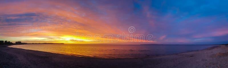 Una salida del sol perfecta en una playa vacía imagenes de archivo