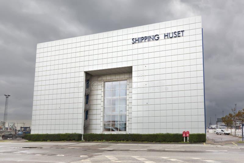 Una scala a chiocciola e una finestra enorme sulla facciata delle costruzioni moderne fotografia stock libera da diritti
