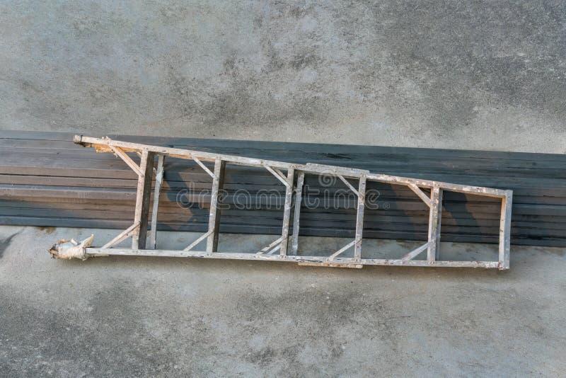 Una scala di alluminio per più alti lavori per il tecnico, meccanico, fotografia stock