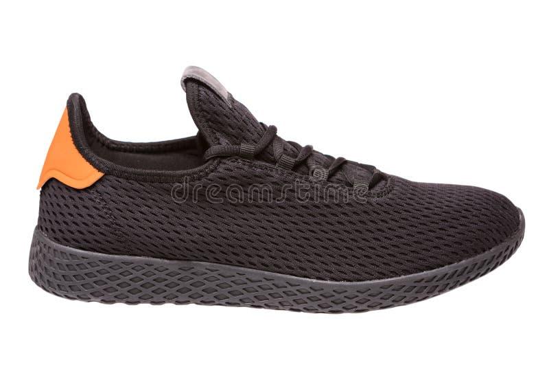 Una scarpa da tennis nera fatta della maglia del panno, su un fondo bianco, scarpe casuali fotografia stock