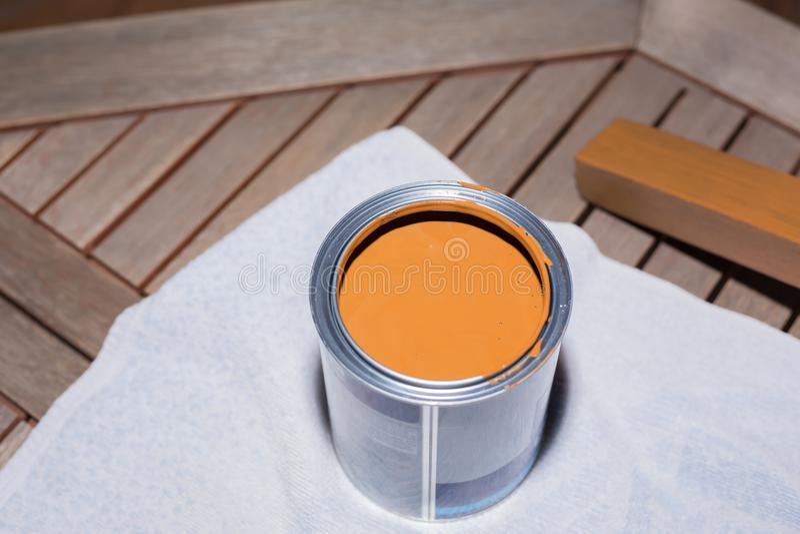 Una scatola con pittura fresca per legno di verniciatura immagini stock libere da diritti