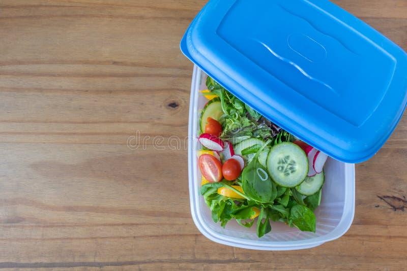 Una scatola di pranzo che contiene un'insalata appena preparato fotografia stock libera da diritti
