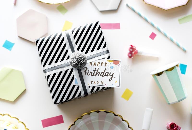 Una scatola di regalo di compleanno fotografie stock libere da diritti