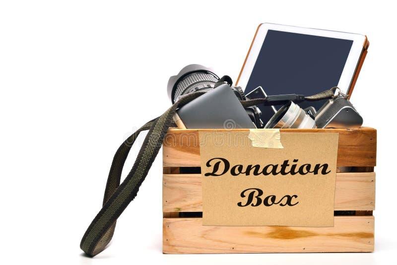 Una scatola genuina degli oggetti usati pronti per una vendita di garage immagini stock libere da diritti