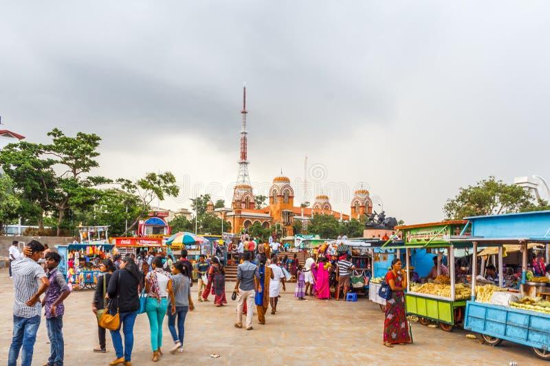 Una scena ad un negozio di puri del bhel o stalla alla spiaggia del porticciolo con il cielo scuro nei precedenti, Chennai, India fotografie stock