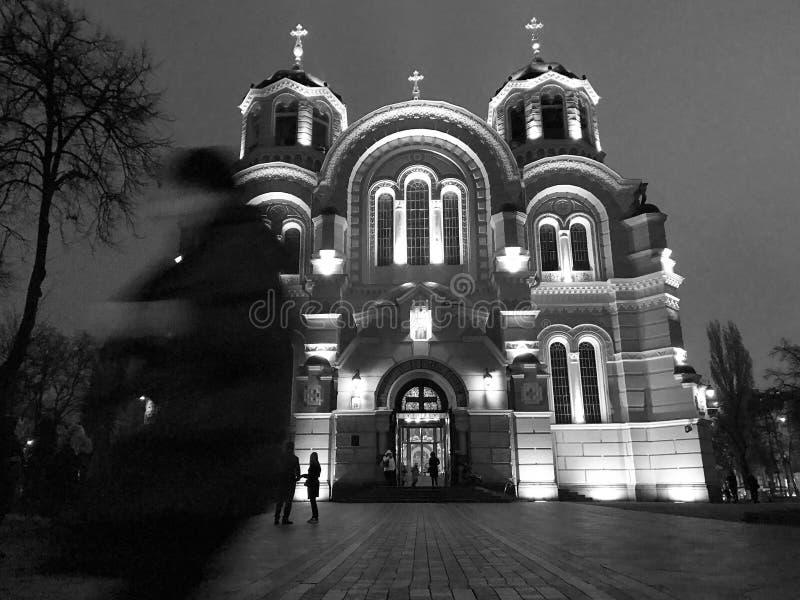 Una scena in bianco e nero di una chiesa e di un pedone a Kiev - in UCRAINA - KIEV immagini stock