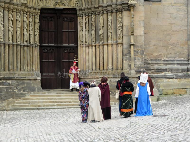 Una scena da una prestazione vicino alla cattedrale principale della città fotografia stock libera da diritti