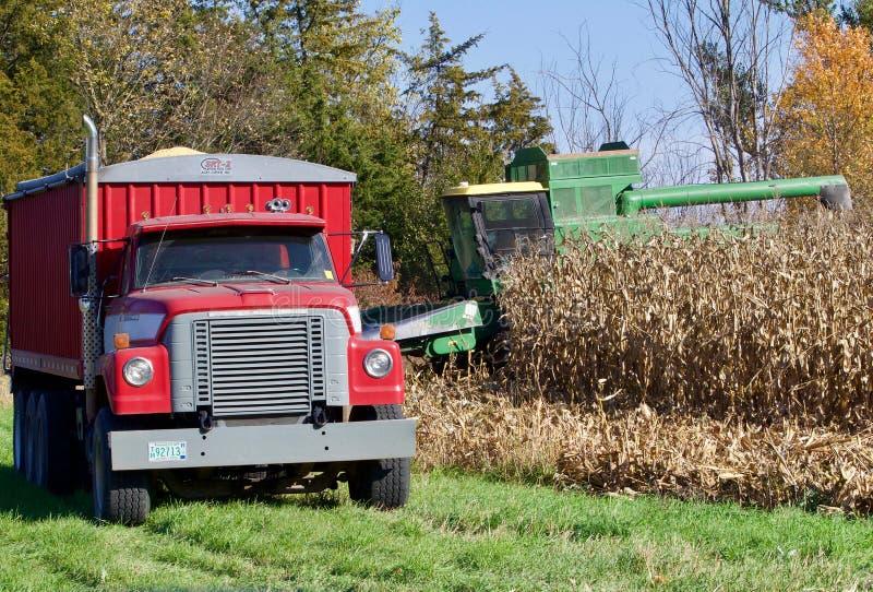 Una scena del raccolto di cereale di midwest fotografie stock