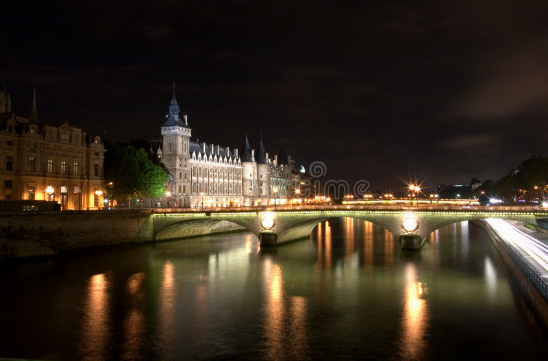 Una scena di notte sul Seine fotografie stock libere da diritti
