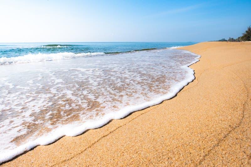 Una scena pacifica della spiaggia in Tailandia, i paesaggi tropicali esotici della spiaggia e mare blu nell'ambito di un fondo bl fotografia stock