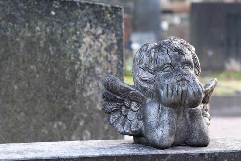 Una scultura d'angelo sopra la lapide fotografia stock libera da diritti