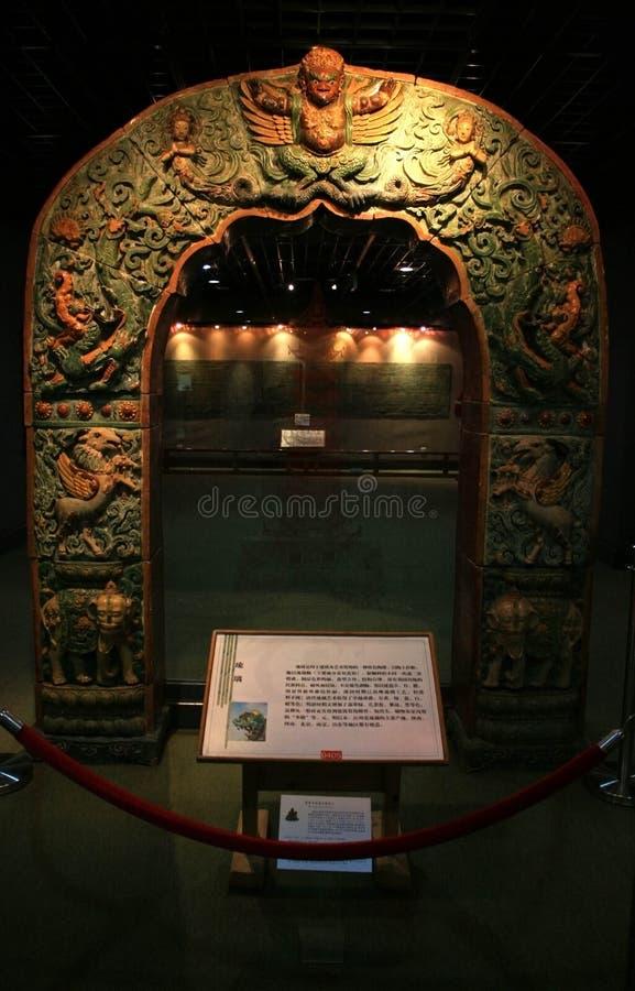 Una scultura decorativa d'inclusione antica dell'arco di pietra sull'esposizione al museo di Nanchino immagini stock libere da diritti