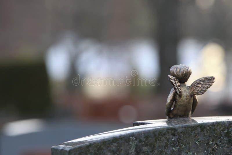 Una scultura di angelo decotivo su una lapide immagini stock