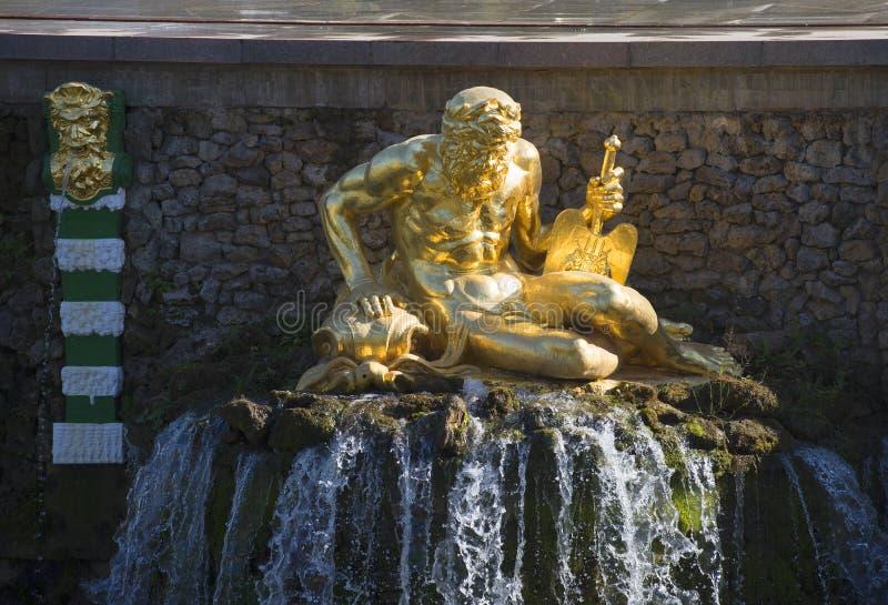 Una scultura di Nettuno che si siede sopra l'acqua di caduta Frammento di grande cascata, Peterhof immagine stock libera da diritti