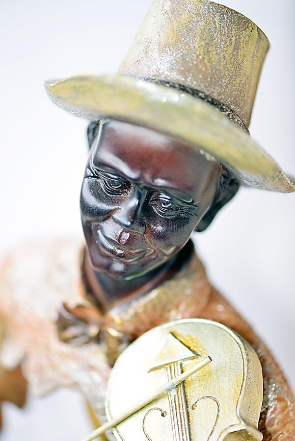 Una scultura di un uomo di colore che gioca violino immagini stock libere da diritti
