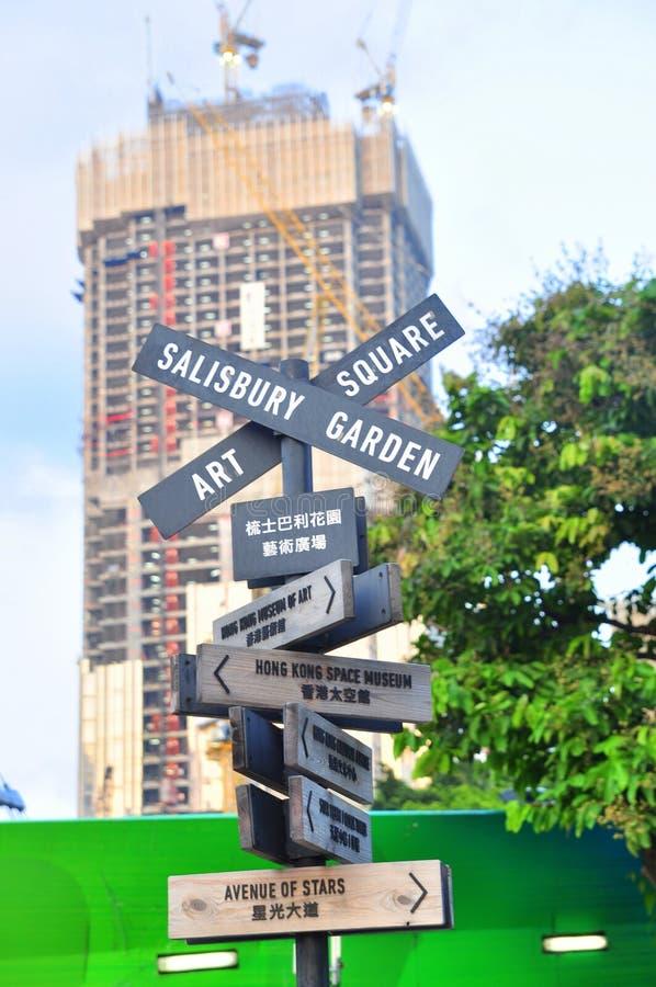 Una señal de tráfico complicada con muchas direcciones en la calle de Hong Kong fotografía de archivo libre de regalías