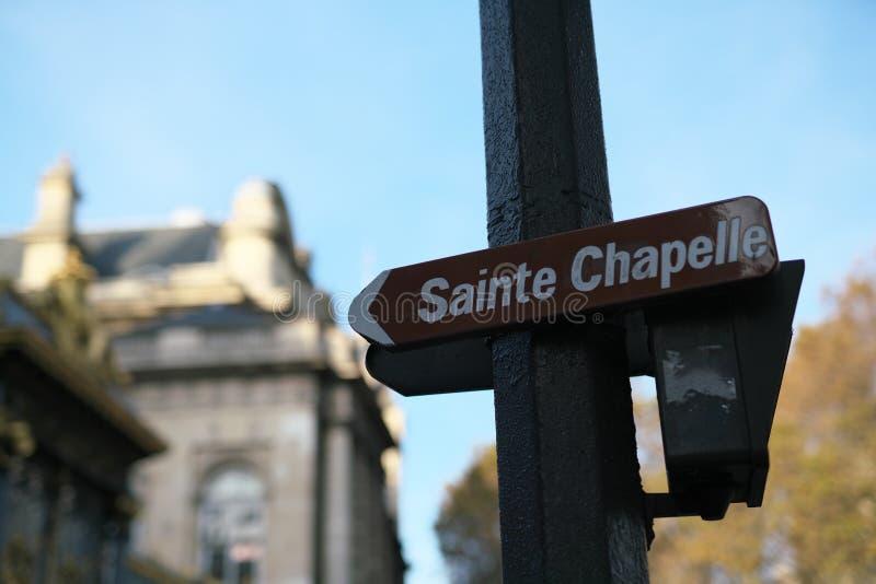Una señal de tráfico que muestra una dirección de Sainte Chapelle instalada en el bulevar de Palais, París fotos de archivo