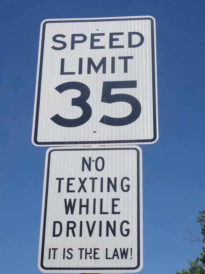 Una señal de tráfico que muestra una instrucción que no indica ningún mandar un SMS mientras que conduce fotos de archivo