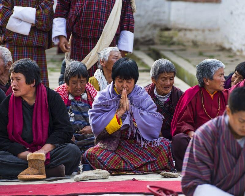 Una señora butanesa puso sus palmas juntas y rogando, Bumthang, Bhután central fotos de archivo