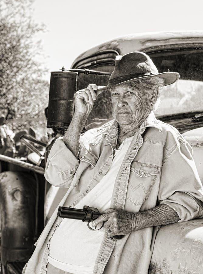 Una señora mayor dura con un arma imagen de archivo