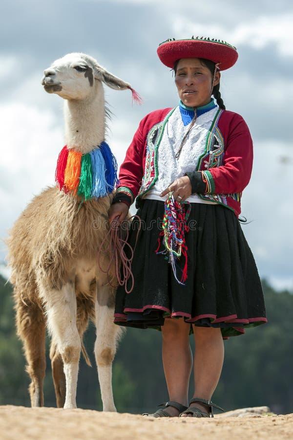 Una señora peruana con una llama cerca de Cusco en Perú fotos de archivo libres de regalías