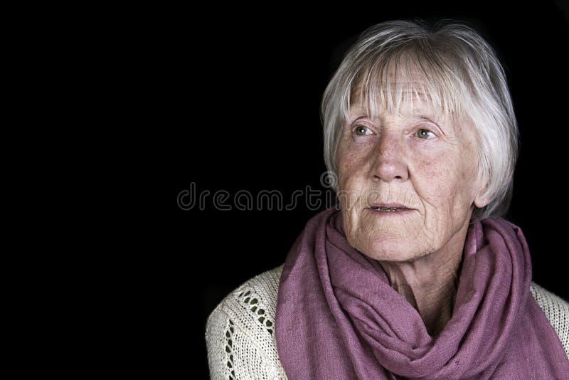 Una señora rubia mayor pensativa fotografía de archivo