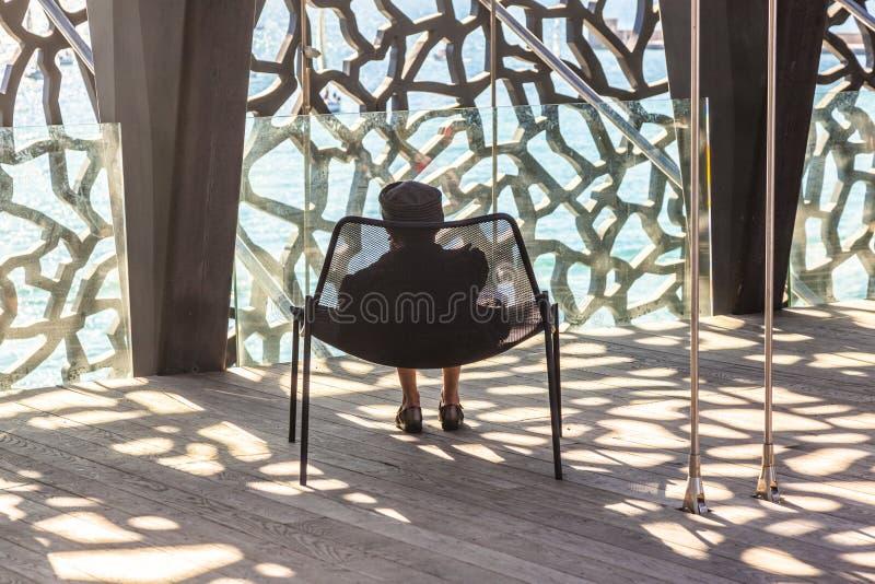 Una señora se relaja en el museo de Civilizatio europeo y mediterráneo fotos de archivo