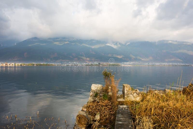 Una sección de la pared en el lago Erhai imágenes de archivo libres de regalías