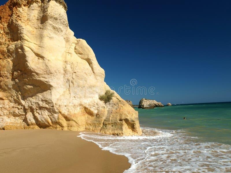 Una sección de la playa idílica de Praia de Rocha foto de archivo libre de regalías