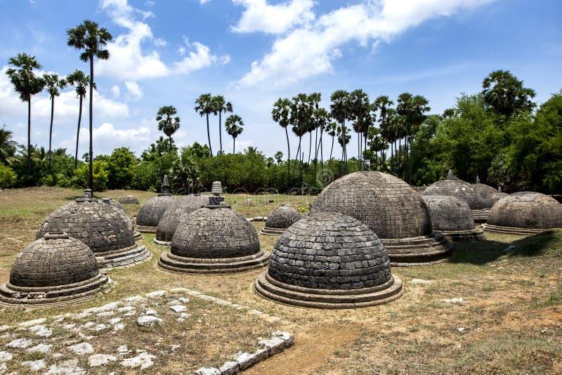 Una sección de los 20 stupas visibles en Kathurugoda Vihara antiguo fotos de archivo libres de regalías