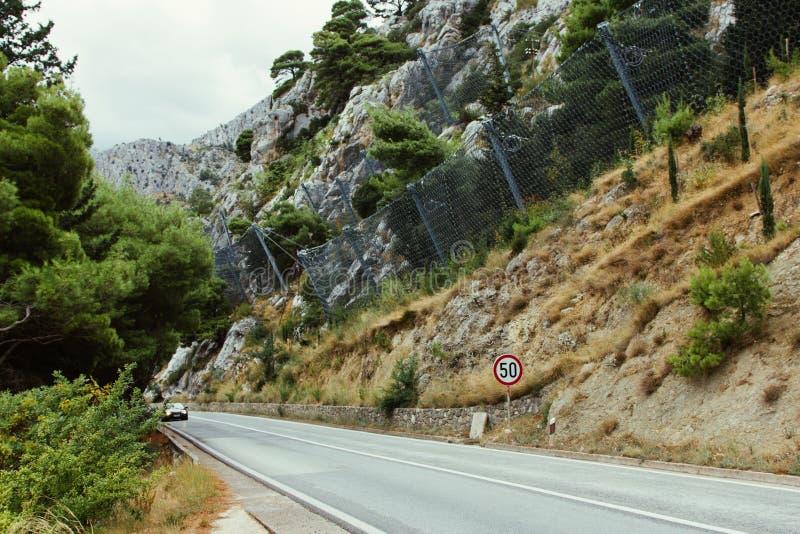 Una sección del camino europeo en Croacia con un fenc de la malla metálica imagen de archivo libre de regalías