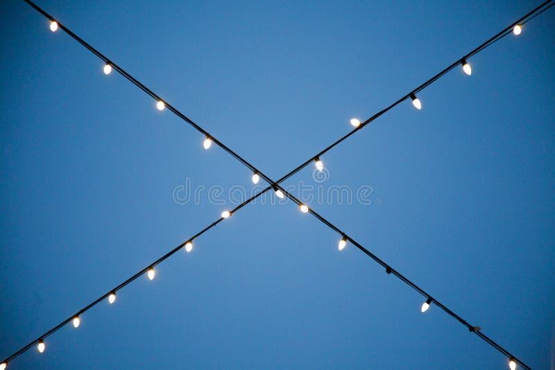 Una secuencia de cruzar colgante de las luces blancas fotografía de archivo libre de regalías