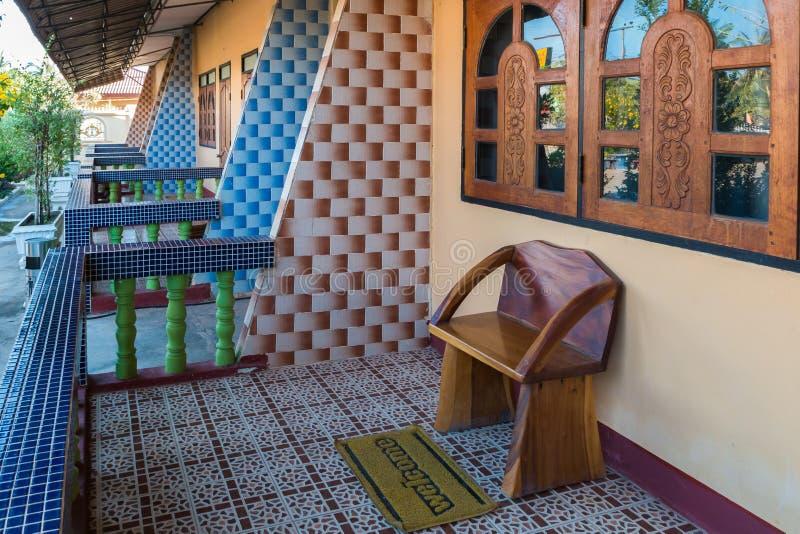 Una sedia davanti alla casa fotografie stock