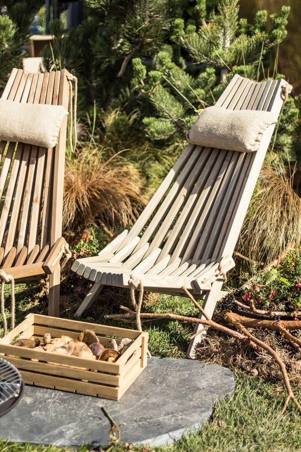Una sedia di legno in una casa della foresta, una scatola con i funghi, bacche Feste nelle montagne, stile di vita fotografia stock libera da diritti